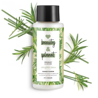 Predná strana obalu kondicionéru Love Beauty and Planet Delightful Detox s rozmarínom a vetiverom 400 ml