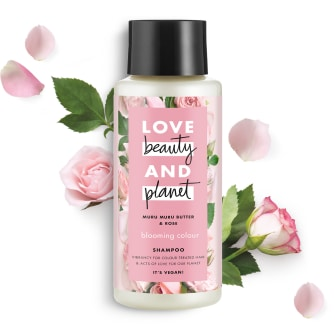 Forsiden av sjampoflasken Love Beauty Planet Muru Muru Butter og Rose Shampoo Blooming Colour 400ml