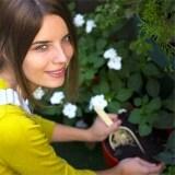 jardinagem com macacão amarelo